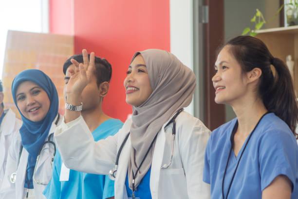 gruppe von malaysischen medizinisches personal mit einem treffen - gesundheitsfragen stock-fotos und bilder