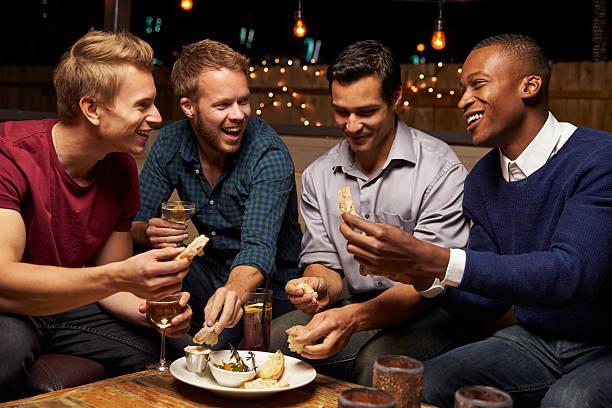 Macho grupo de amigos disfrutando de noche en el Bar del último piso - foto de stock