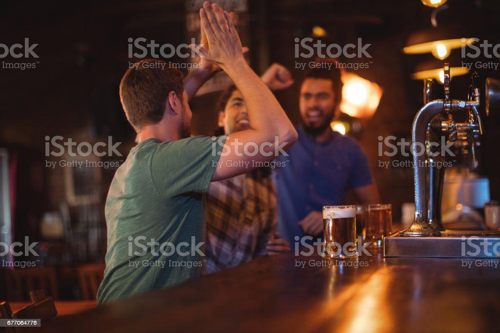 Grupo de amigos homens, dando cinco uns aos outros - foto de acervo