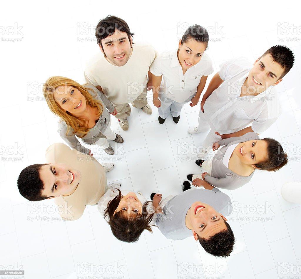 Grupa wielu młodych ludzi stojących w okręgu. – zdjęcie