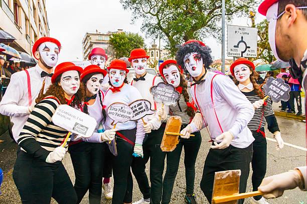 gruppe von masken clown posieren im karneval in prado, portugal - faschingssprüche stock-fotos und bilder