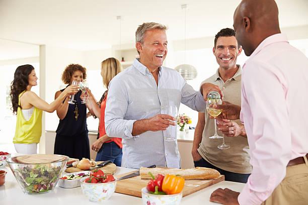 groupe de vieux amis, profitant de dîner à la maison - diner entre amis photos et images de collection