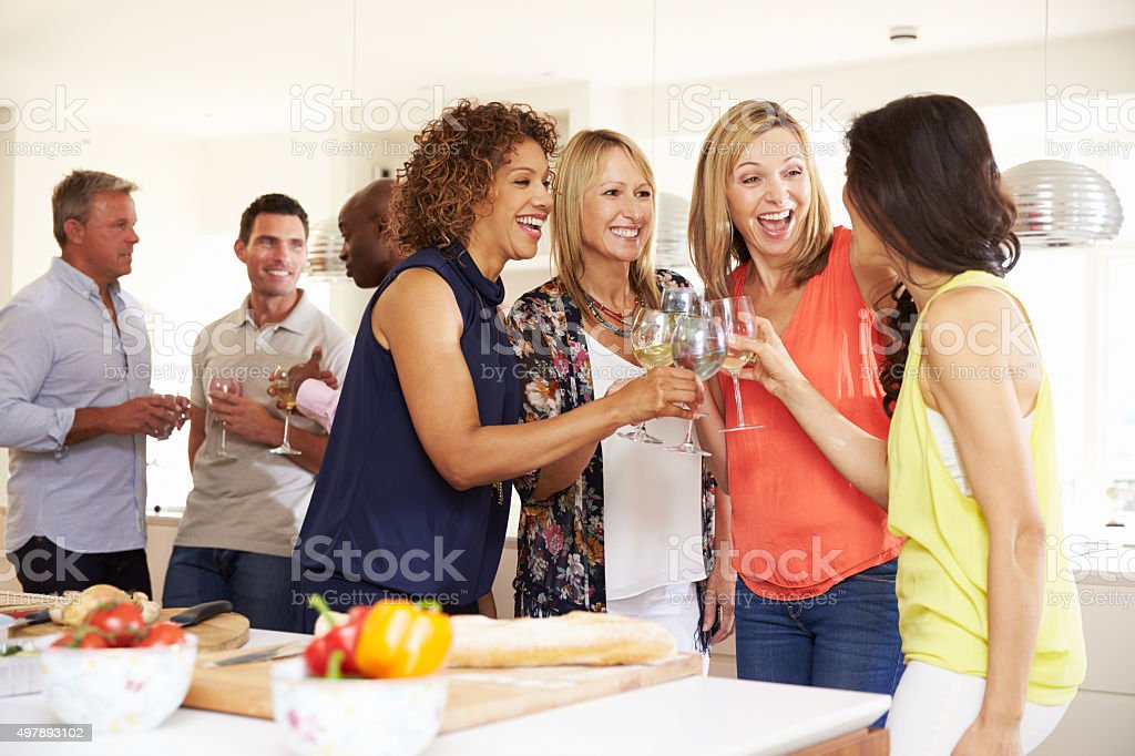 Madura grupo de amigos disfrutando de cena íntima en su casa - foto de stock