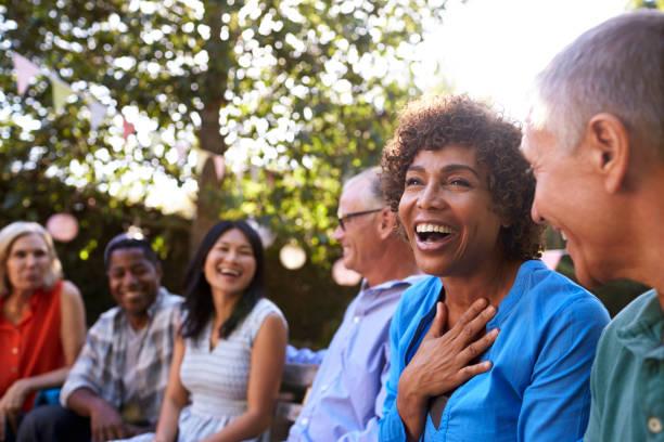 群成熟的朋友一起在後院社交活動 - 成年人 個照片及圖片檔