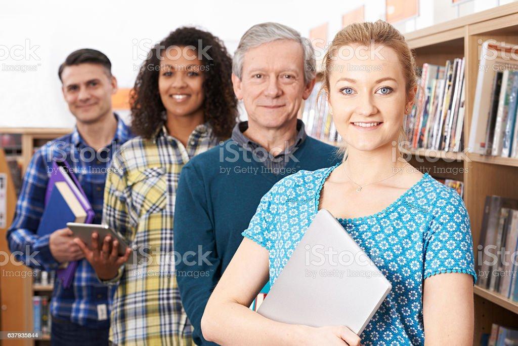 Grupo de estudantes maduros em uma biblioteca - foto de acervo