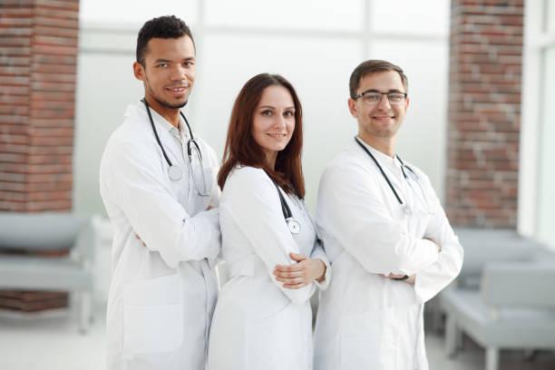 Gruppe von Ärzten des medizinischen Zentrums, die zusammenstehen. – Foto