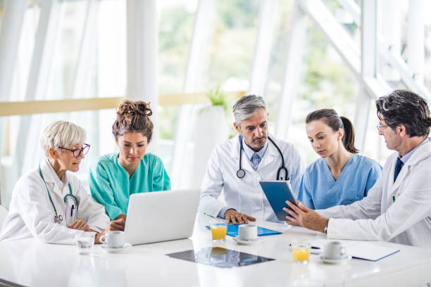 Gruppe von medizinischen Experten zur Arztpraxis am wireless-Technologie arbeiten. – Foto