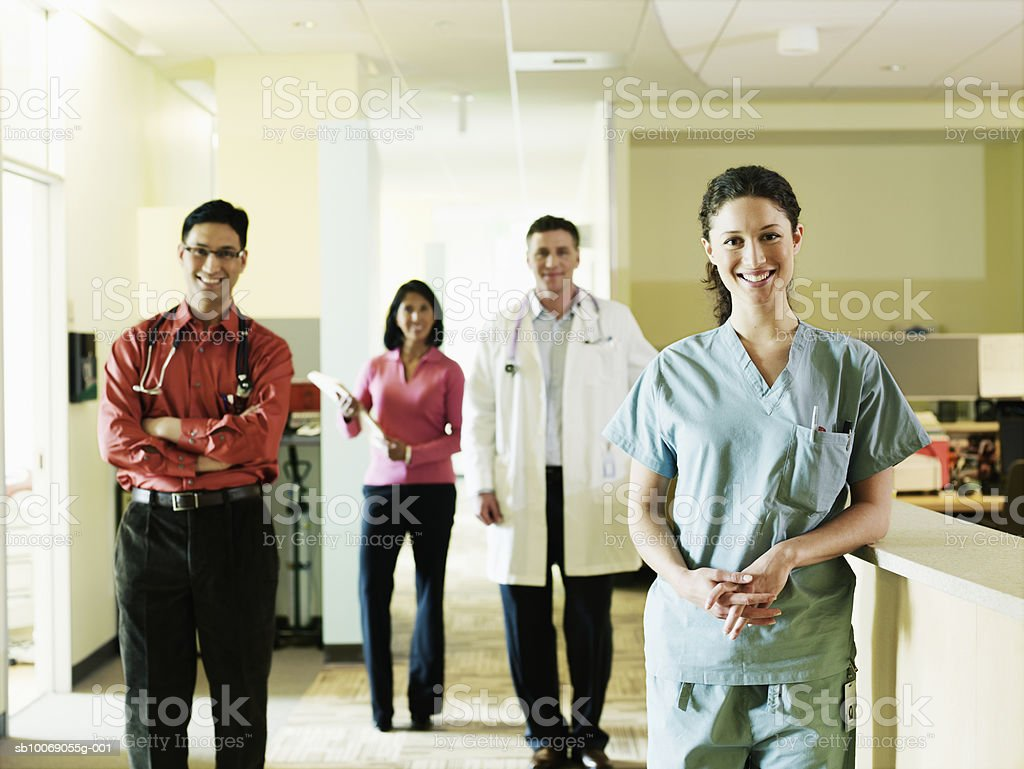 Group of medical personnel standing, smiling, portrait photo libre de droits