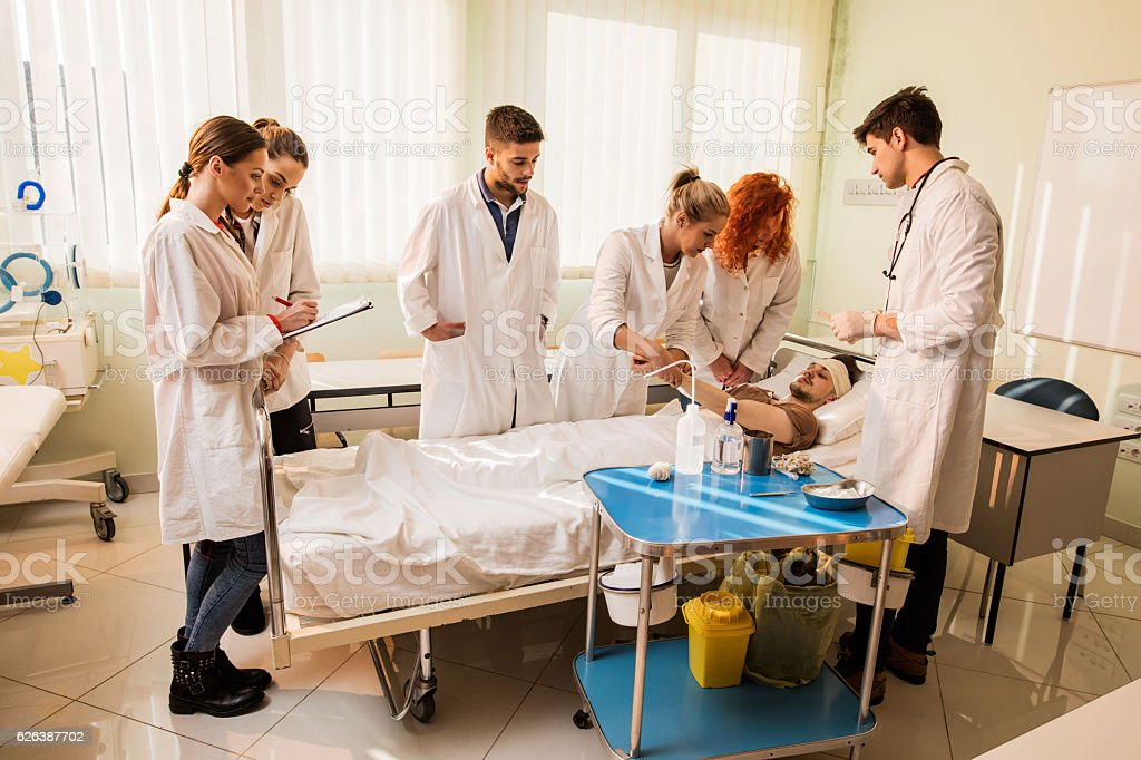 Group of medical students on practice at medical school. - foto de stock