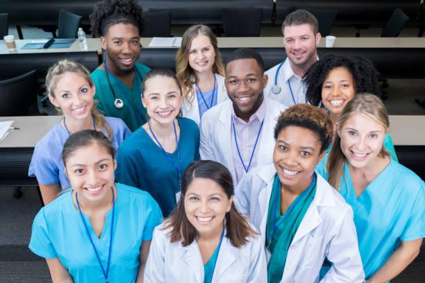 grupo de estudantes de medicina sorriso para a câmera - profissional da área médica - fotografias e filmes do acervo
