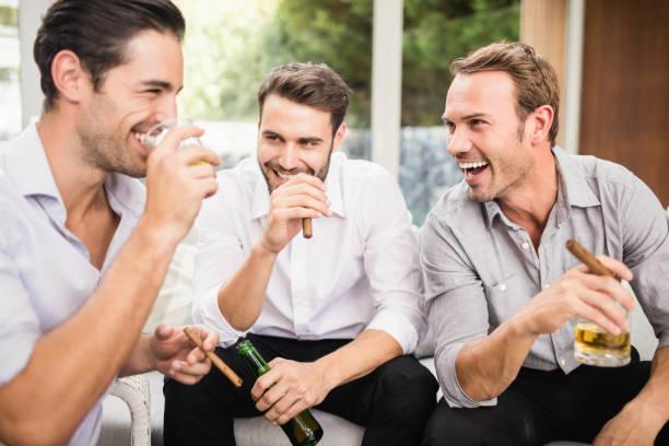 groep mannen bespreken - guy with cigar stockfoto's en -beelden