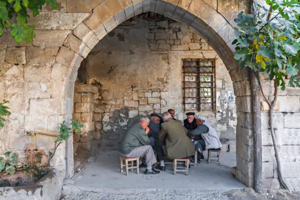 gruppe von männern in adiyaman, türkei. - kurdische sprache stock-fotos und bilder
