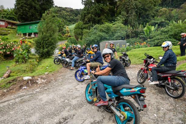 Gruppe von Männern auf Motorrädern machen eine Pause, Cameron Highlands, Malaysia – Foto