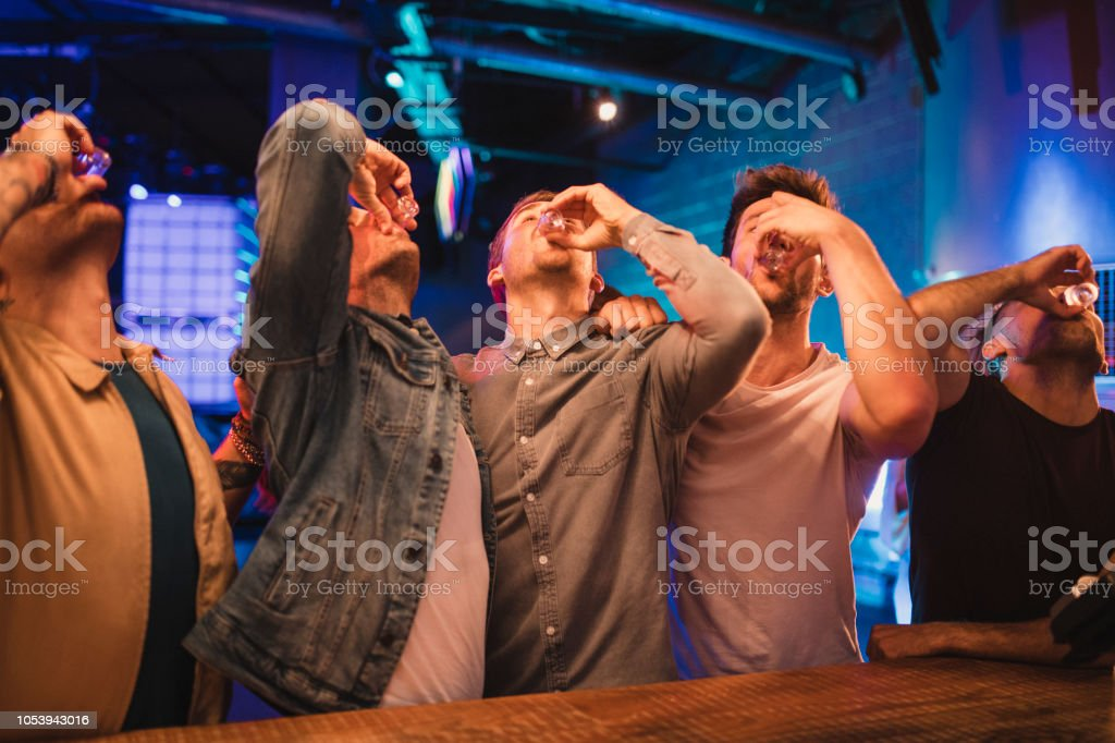 Grupo de hombres tomando fotos - foto de stock