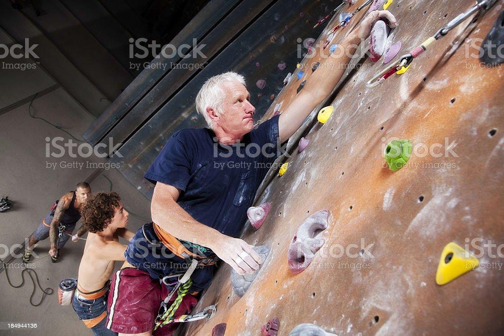 Grupo de hombres diferentes edades en la escalada gimnasio - foto de stock