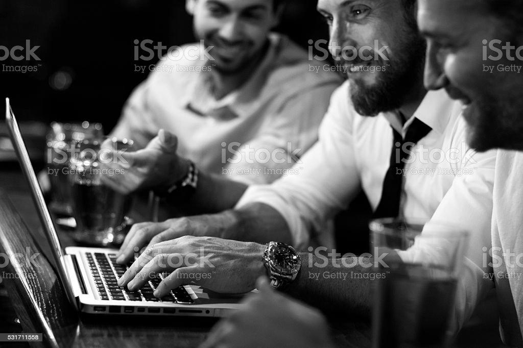 Eine Gruppe von Männer arbeiten mit Laptop in einem pub – Foto