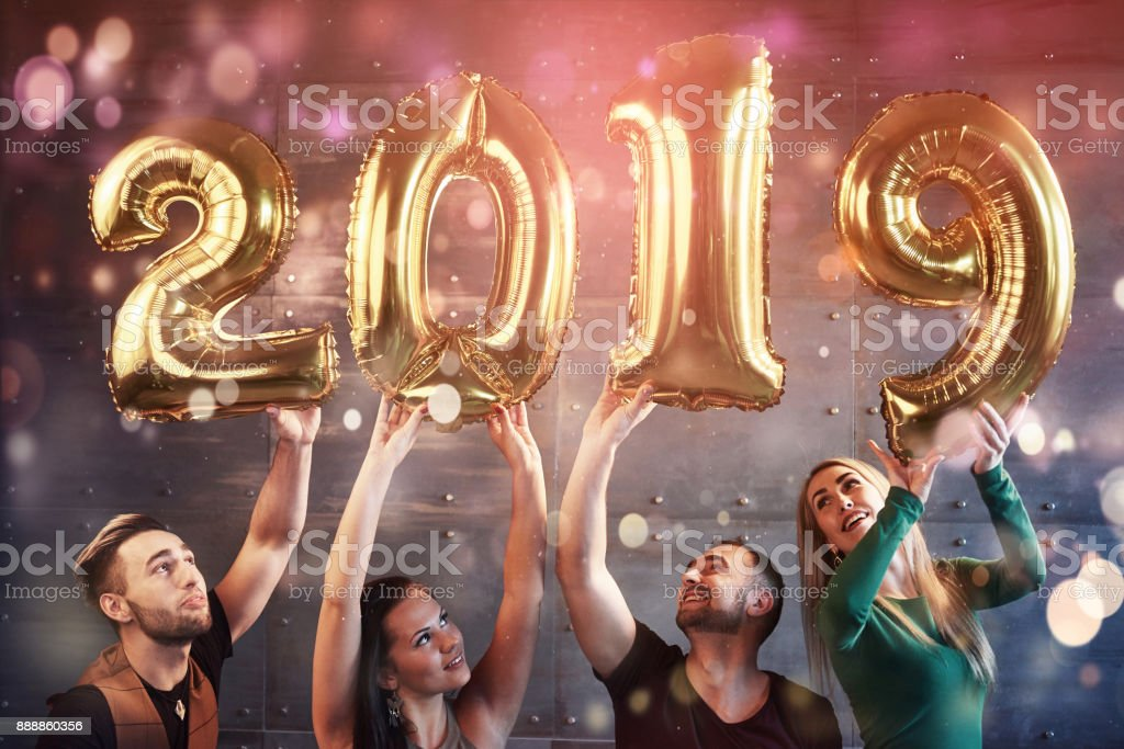 Eine Gruppe von fröhliche junge Menschen halten zahlen, die die Ankunft des neuen Jahres 2019 angeben. Die Partei ist die Feier des neuen Jahres gewidmet. Konzepte über Jugend Zweisamkeit Lebensstil – Foto
