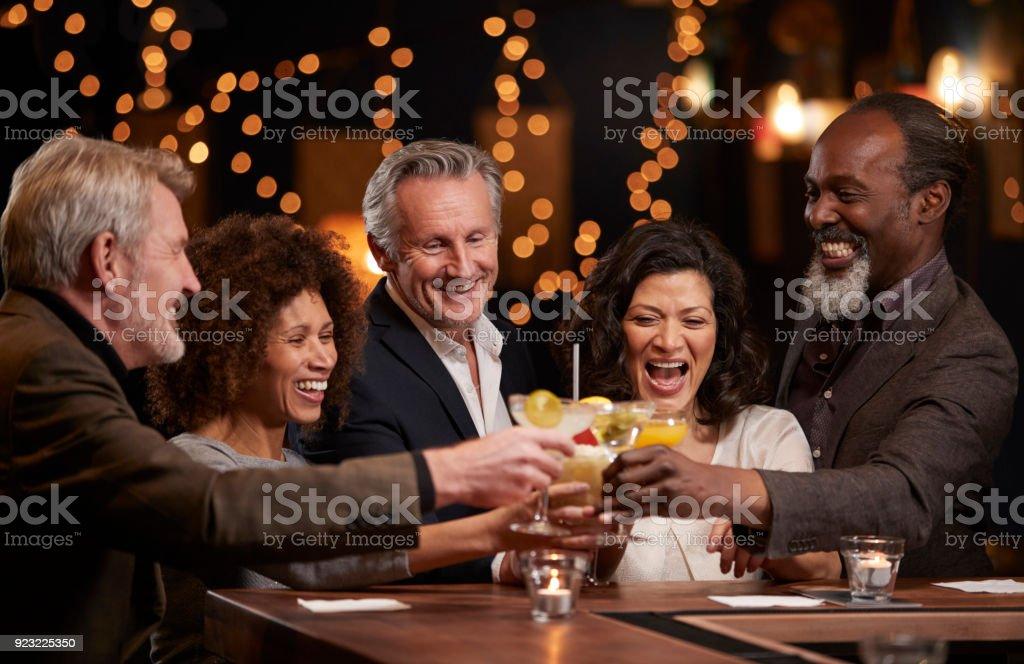 中間のグループ歳友達一緒にバーで祝う ロイヤリティフリーストックフォト