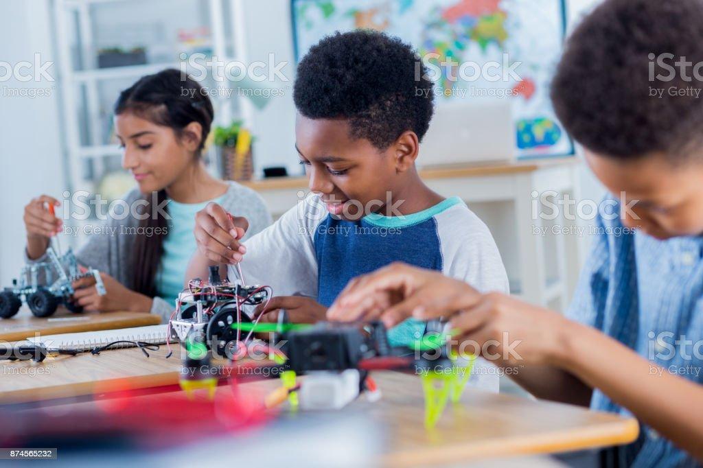 Grupo de trabajo de estudiantes de secundaria en el proyecto de robótica - foto de stock