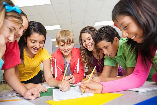 gruppe von middle school-schüler arbeiten gemeinsam am projekt - mittelschule bücher stock-fotos und bilder