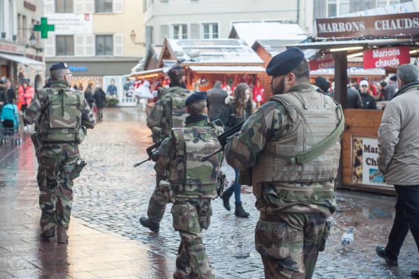 gruppe von militärische patrouillen mit maschinen-gewehr in weihnachtsmarkt - festzugskleidung stock-fotos und bilder