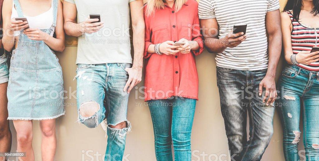 Freundeskreis tausendjährigen beobachten Mobile Smartphones - Teenager sucht nach neuen Technologie trends - Konzept der Jugend, Tech, Soziales und Freundschaft - Fokus auf smartphones – Foto