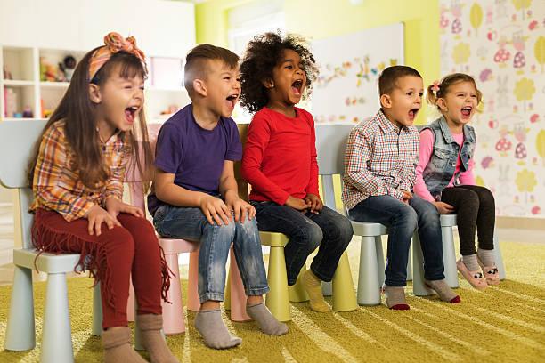 eine gruppe von unfug kinder sitzen im vorschulalter und schreien. - lautbildungsspiele stock-fotos und bilder