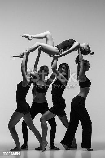 istock Group of modern ballet dancers 509293554