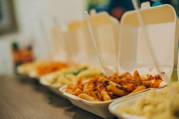grupo de mais pacotes de macarrão e espaguete. restaurante de fast food - recipiente - fotografias e filmes do acervo