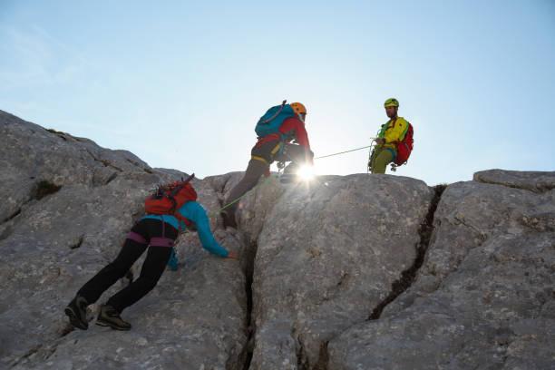 Bergsteigergruppe auf dem Weg nach oben – Foto