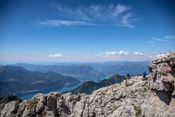 groep bergbeklimmers op de heuvelrug - lecco lombardije stockfoto's en -beelden