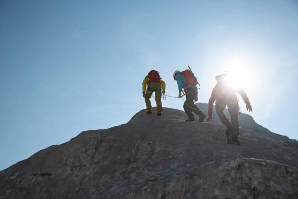 Bergsteigergruppe am Rand – Foto
