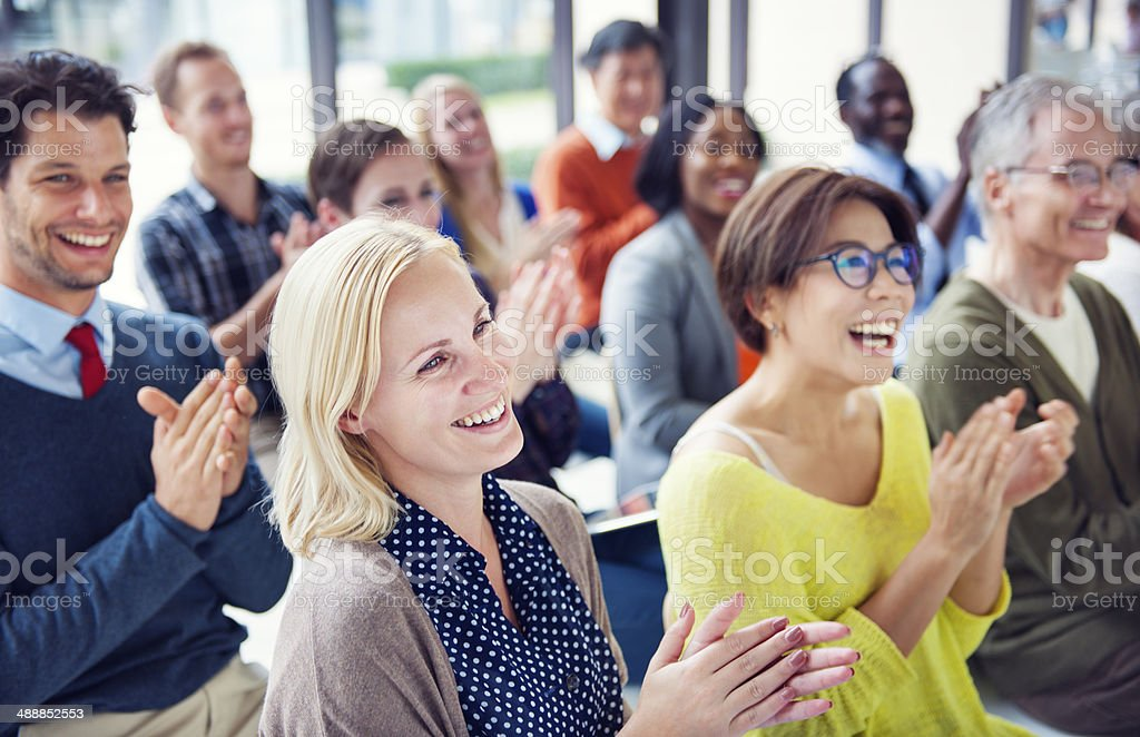 Grupo multiétnico alegre pessoas aplaudindo - foto de acervo