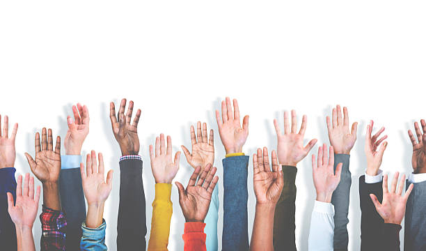 multiethnische gruppe von verschiedenen hände heben-konzept - arme hoch stock-fotos und bilder