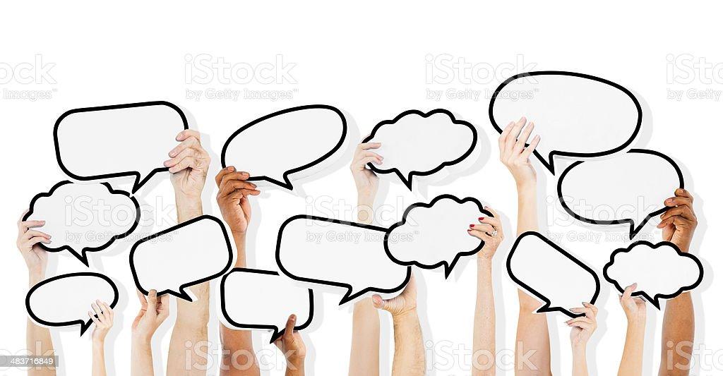 Grupo de Multi-étnica pessoas segurando em branco discurso Bolha - foto de acervo