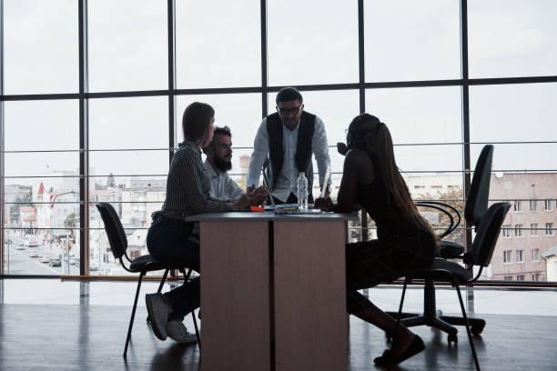 Eine Gruppe von multinationalen Menschen, die im Büro arbeiten – Foto