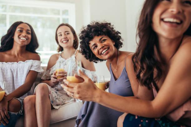 grupo de amigos multirraciales en una fiesta - sólo mujeres fotografías e imágenes de stock
