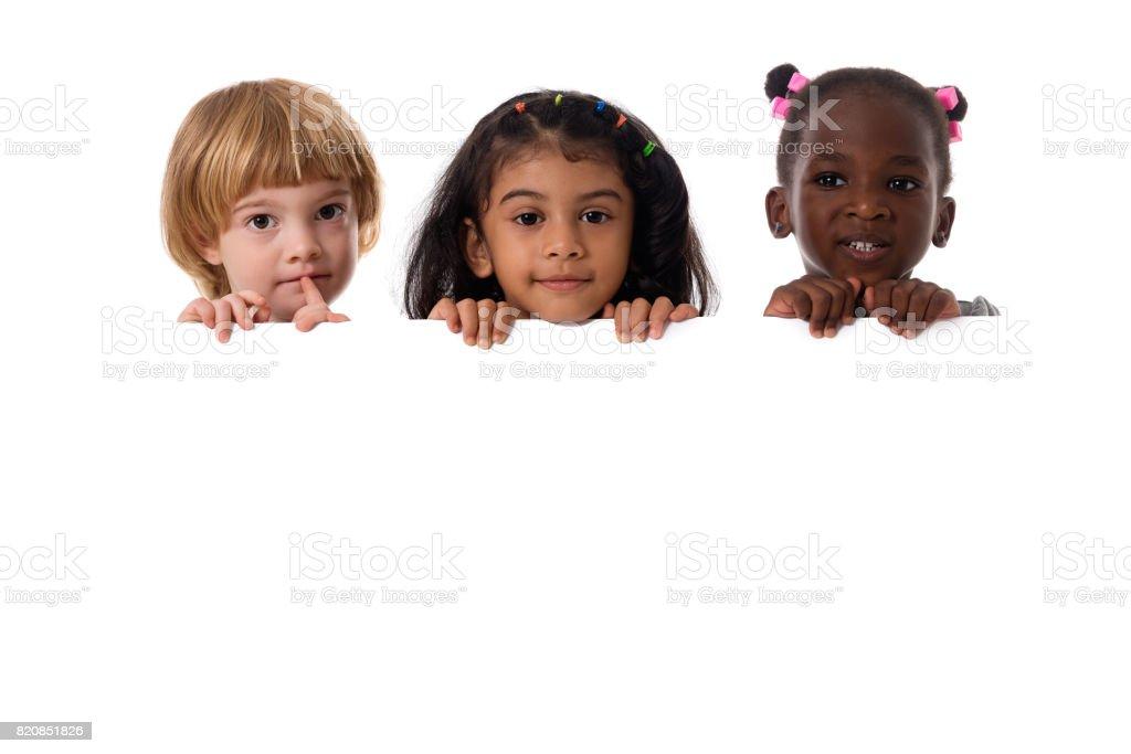 Grupo de retrato de crianças multirraciais com placa branca. Isolado - foto de acervo
