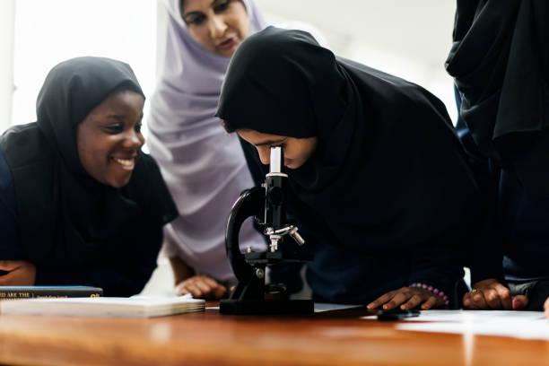 一群穆斯林學生 - emirati woman 個照片及圖片檔