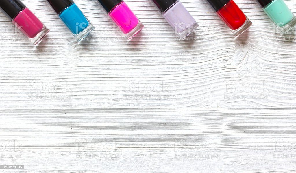 group of nail polish on wooden background top view photo libre de droits
