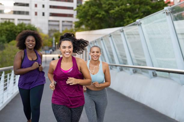 gruppe der naturfrauen joggen - joggerin stock-fotos und bilder