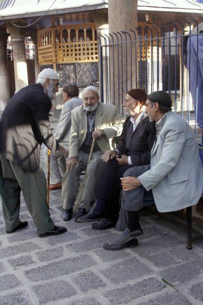 gruppe von alten männern sprechen vor ulu cami(mousque) in diyarbakır - kurdische sprache stock-fotos und bilder