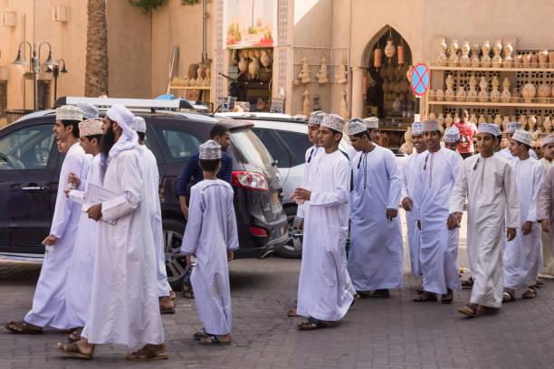 Gruppe von omanischen jungen in traditioneller Kleidung mit Dishdasha und Kuma in Nizwa Markt – Foto