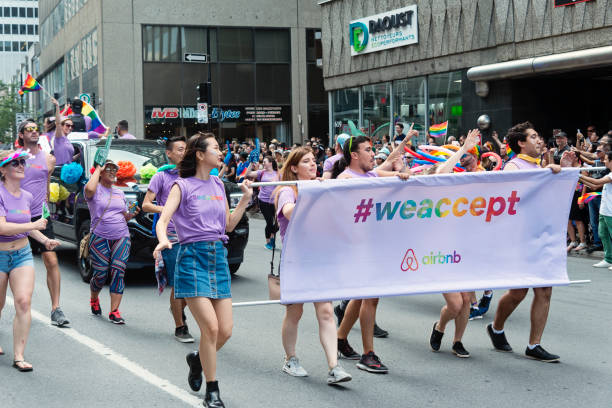 Grupo de participantes del desfile del orgullo LGBTQ en Montreal. - foto de stock