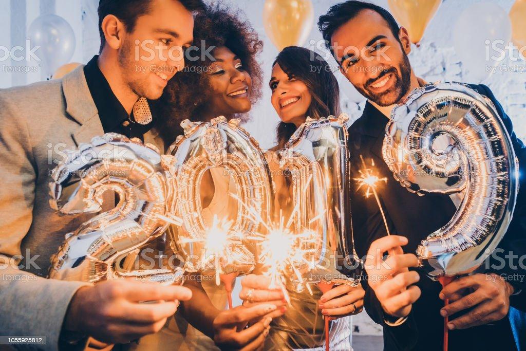 Gruppe von Partypeople feiern die Ankunft von 2019 – Foto
