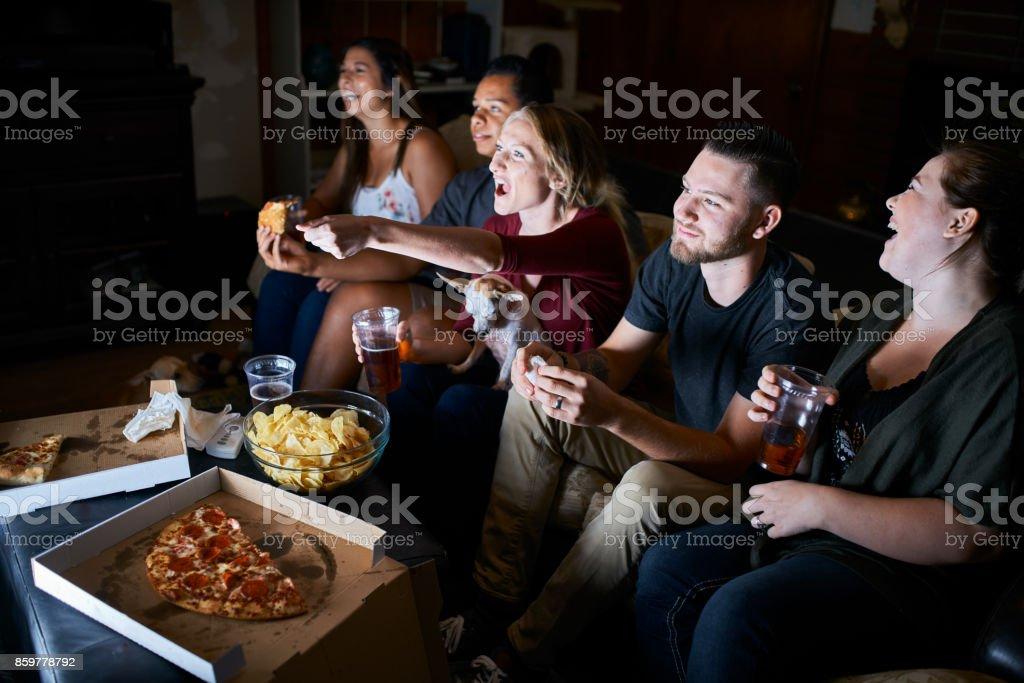 grupo de amigos apaixonados torcendo enquanto assiste o jogo na tv - foto de acervo
