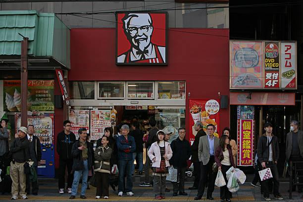 gruppo di persone in una fermata dell'autobus - subway foto e immagini stock