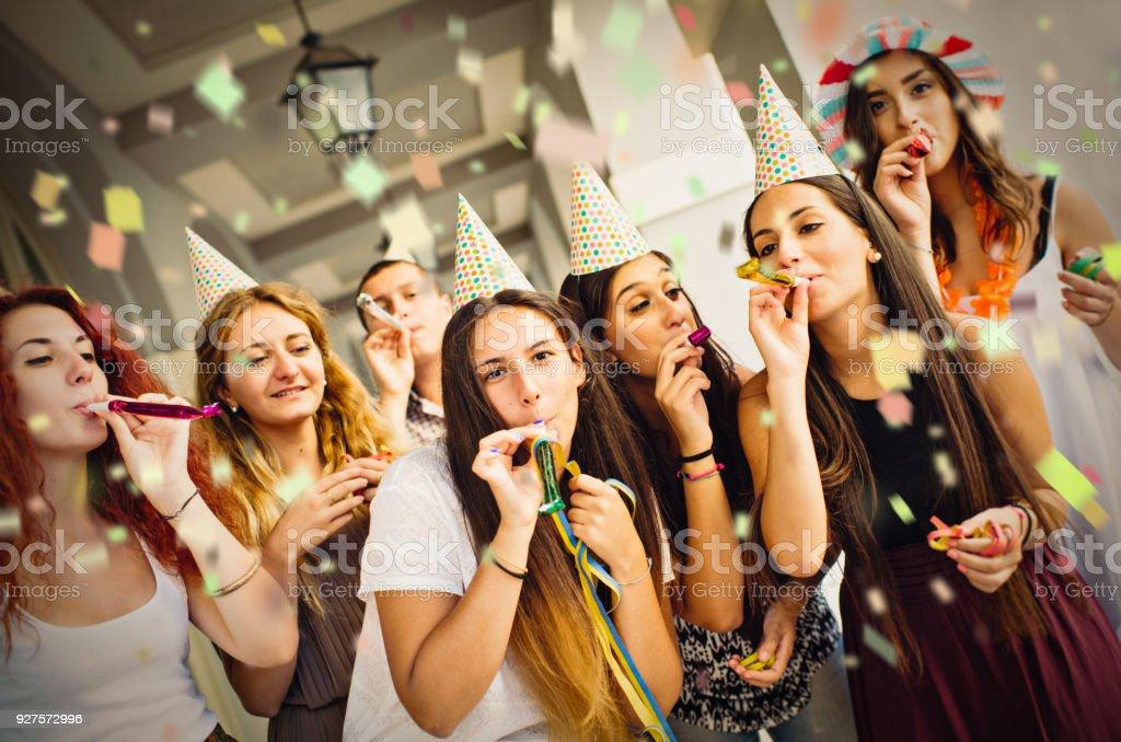 Gruppe von Menschen bei der Geburtstagsfeier im freien – Foto
