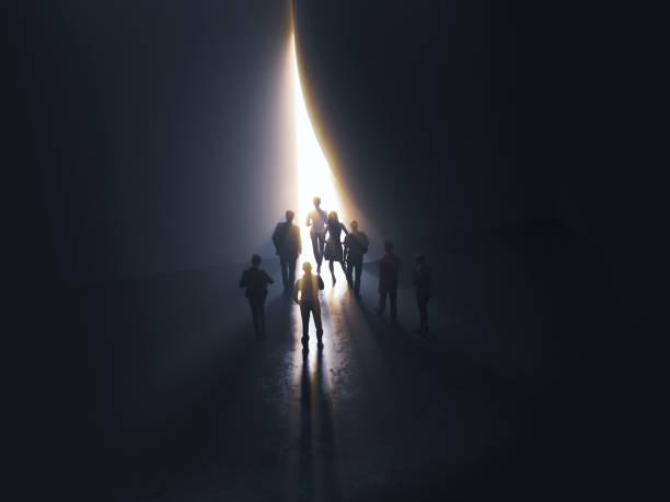 Gruppe von Menschen an der Tür, die zum Licht – Foto