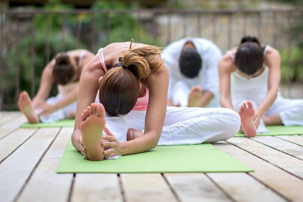 Grupo de gente haciendo yoga - foto de stock